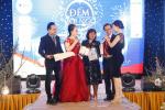 Chủ tịch HĐQT BaloTuiXach Group - Doanh nhân Thu Sương trao quà tặng doanh nhân Vutin tại tiệc tất niên Bizco Group