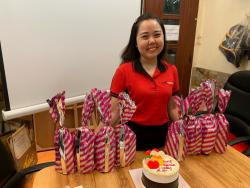 Giám đốc BaloTuiXach Bảo Yến tặng quà cho nhân viên quản lý nữ nhân ngày 8/3