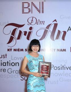 Doanh nhân Võ Thị Thu Sương - Giám Đốc Công Ty TNHH Ba Lô Túi Xách được tri ân mừng BNI 5 năm