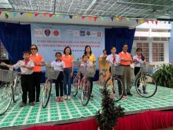 Quà tặng năm học mới - balo, nón bảo hiểm được trao tặng cho 520 học sinh Tiền Giang