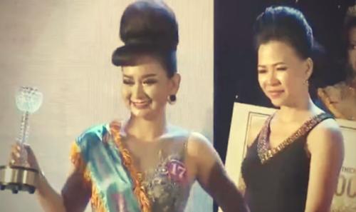 Doanh nhân Thu Sương trao giải cho thí sinh tại đêm chung kết Duyên dáng Doanh nhân Việt 2016