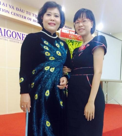 GĐ Balo Túi Xách (phải) cùng bà Phó Chủ tịch UBND TPHCM Nguyễn Thị Hồng tại SaiGonExpo