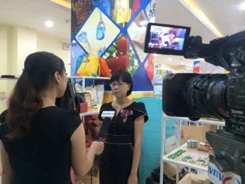 GĐ Thu Sương thực hiện phóng sự ngắn cùng phóng viên của VITV
