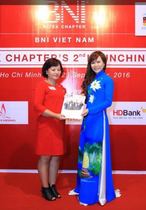 Nữ doanh nhân Võ Thu Sương nhận quyết định bổ nhiệm từ bà Nguyễn Thu Anh - Giám đốc BNI HCM 6