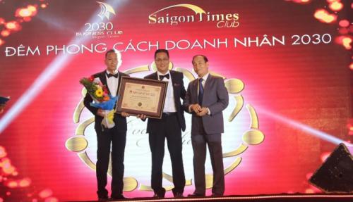 Luật sư Nguyễn Văn Viễn trao bằng xác lập Kỷ lục đến CLB Doanh nhân 2030