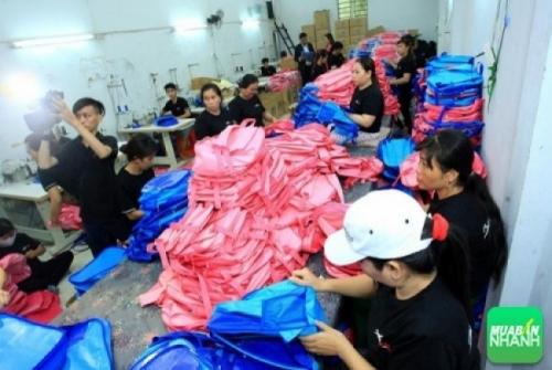 Phân xưởng Balo Túi Xách đang thực hiện đơn hàng may balo cặp học sinh