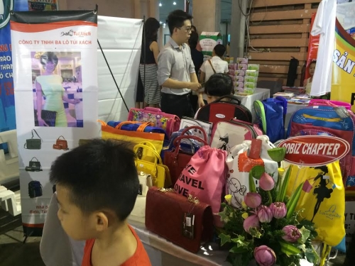 Gian hàng Balotuixach.vn giới thiệu sản phẩm hơn 500 khách hàng tại Nhà Văn Hóa Thanh Niên, 151, Nguyễn Long, Balo túi xách, 06/08/2019 12:13:50