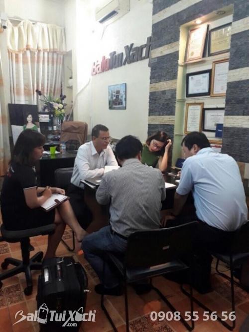 Đại diện ban lãnh đạo công ty kí hợp đồng sản xuất túi xách cùng đại diện công ty Nhật Bản