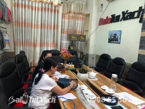 Nhân viên công ty sản xuất dây nịt lên mẫu, báo giá gửi khách hàng