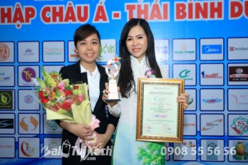 Bà Võ Thu Sương (phải) nhận giải thưởng Top 100 Thương hiệu tiêu biểu hội nhập châu Á - Thái Bình Dương.
