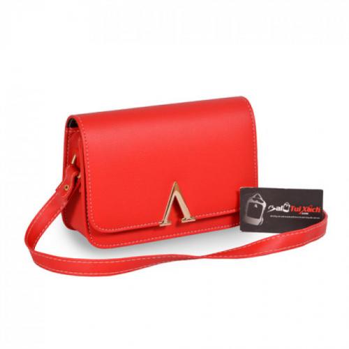 Túi xách đeo chéo màu đỏ mặc trước