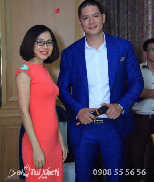 Giám đốc hệ thống sản xuất BaLoTuiXach.com chụp hình cùng doanh nhân - diễn viên MC Bình Minh