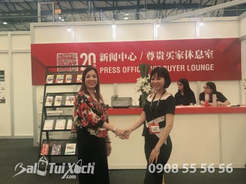 Founder hệ thống BaloTuiXach - Võ Thị Thu Sương (trái) cùng đối tác từ Trung Quốc