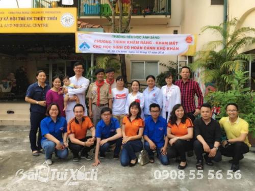 Founder Hệ thống BaloTuiXach - Doanh nhân Võ Thị Thu Sương (thứ 4 hàng dưới từ trái sang) tích cực tham gia các hoạt động xã hội vì cộng đồng, đặc biệt là cho trẻ em, học sinh
