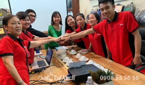 Doanh nhân Thu Sương (áo xanh) cùng đội ngũ nhân viên từ Hệ thống BaloTuiXach