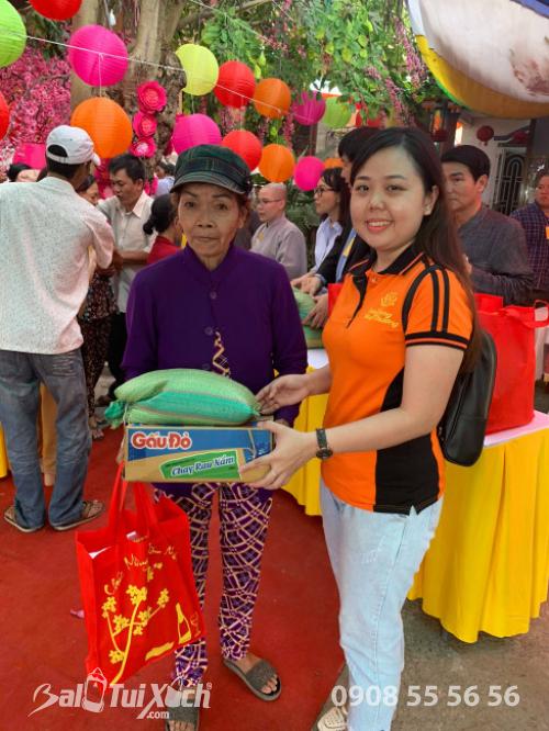 Giám đốc Ba Lô Túi Xách đại diện Sen Vàng Yêu Thương - trao 100 phần quà tại chùa Phụng Ân Củ Chi (1)