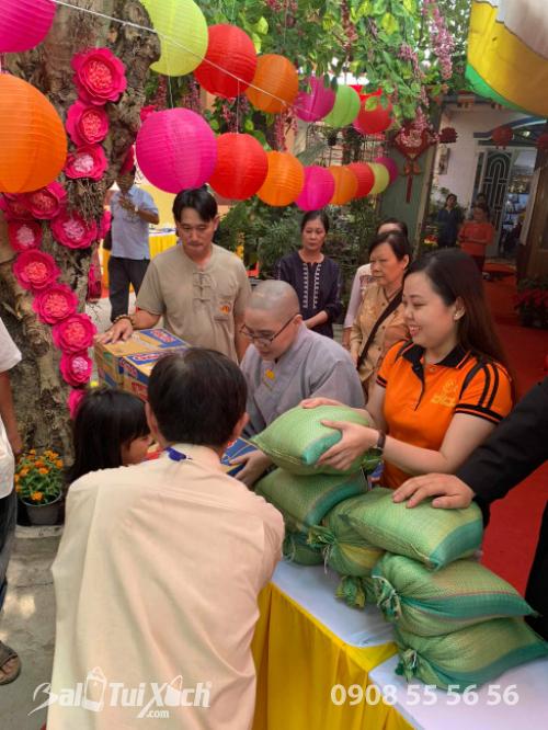 Giám đốc Ba Lô Túi Xách đại diện Sen Vàng Yêu Thương - trao 100 phần quà tại chùa Phụng Ân Củ Chi (2)