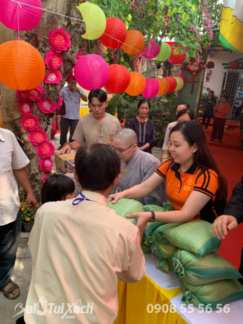 Giám đốc Ba Lô Túi Xách đại diện Sen Vàng Yêu Thương - trao 100 phần quà tại chùa Phụng Ân Củ Chi (3)