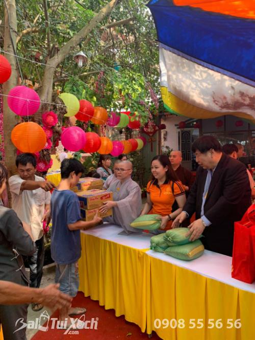 Giám đốc Ba Lô Túi Xách đại diện Sen Vàng Yêu Thương - trao 100 phần quà tại chùa Phụng Ân Củ Chi (4)