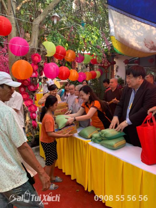 Giám đốc Ba Lô Túi Xách đại diện Sen Vàng Yêu Thương - trao 100 phần quà tại chùa Phụng Ân Củ Chi (5)