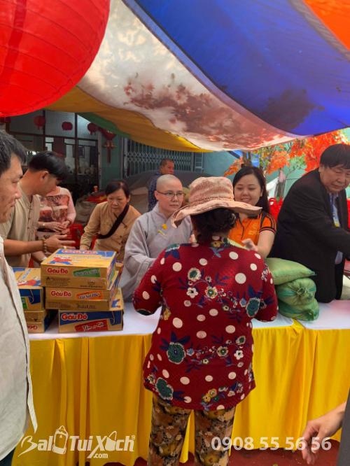 Giám đốc Ba Lô Túi Xách đại diện Sen Vàng Yêu Thương - trao 100 phần quà tại chùa Phụng Ân Củ Chi (6)