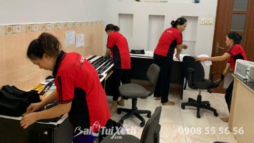 Công đoạn kiểm hàng trước khi xuất tại BaloTuiXach Group