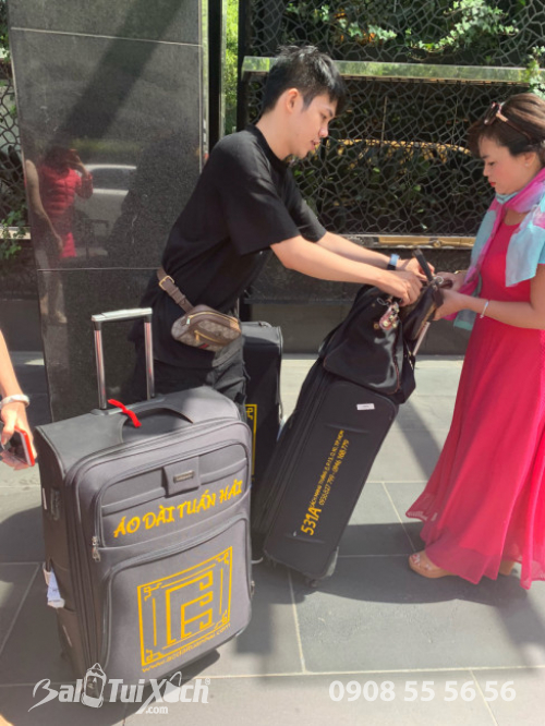 Vali được in logo áo dài Tuấn Hải cùng thông tin showroom trên vali