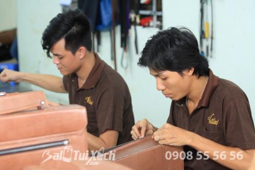 Từng chi tiết trên sản phẩm gia công da được tỉ mỉ thực hiện bằng tay