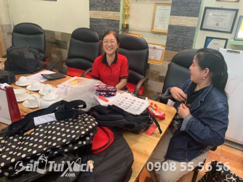 Đối tác Nhật Bản cùng làm việc với trưởng phòng lên mẫu tại BaloTuiXach