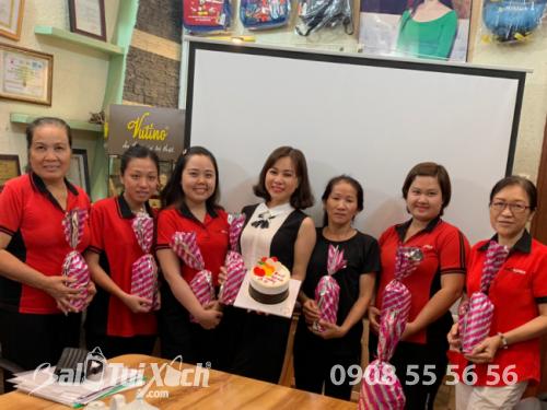 Giám đốc BaloTuiXach Bảo Yến tặng quà cho nhân viên quản lý nữ nhân ngày 8/3 (1)