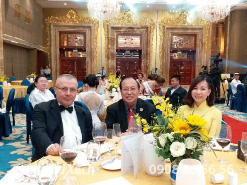 Đại sứ Thổ Nhĩ Kỳ tại Việt Nam Akif Ayhan - giáo sư Hà Tôn Vinh và Hoa hậu Áo dài Doanh nhân Thế giới Thu Sương