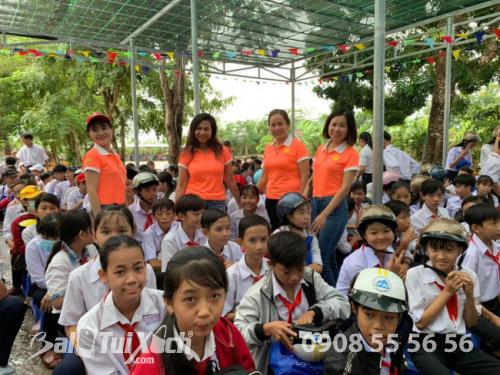 Quà tặng năm học mới - balo, nón bảo hiểm được trao tặng cho 520 học sinh Tiền Giang (2)