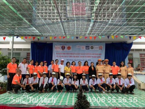 Quà tặng năm học mới - balo, nón bảo hiểm được trao tặng cho 520 học sinh Tiền Giang (3)
