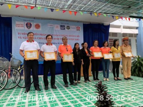 Quà tặng năm học mới - balo, nón bảo hiểm được trao tặng cho 520 học sinh Tiền Giang (4)