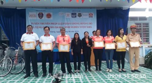 Quà tặng năm học mới - balo, nón bảo hiểm được trao tặng cho 520 học sinh Tiền Giang (5)