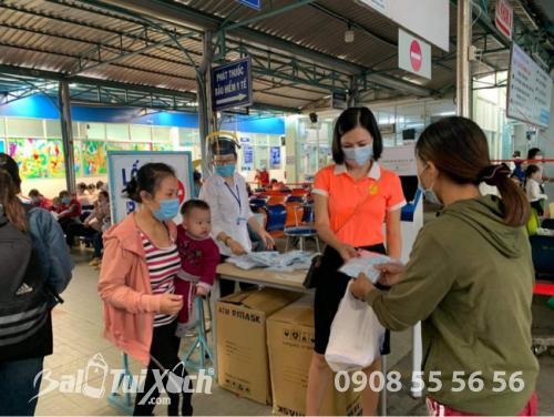 ATM khẩu trang - phát 10.000 khẩu trang miễn phí cho các bệnh nhân tại bệnh viện Nhi đồng 1 - Ảnh: 2