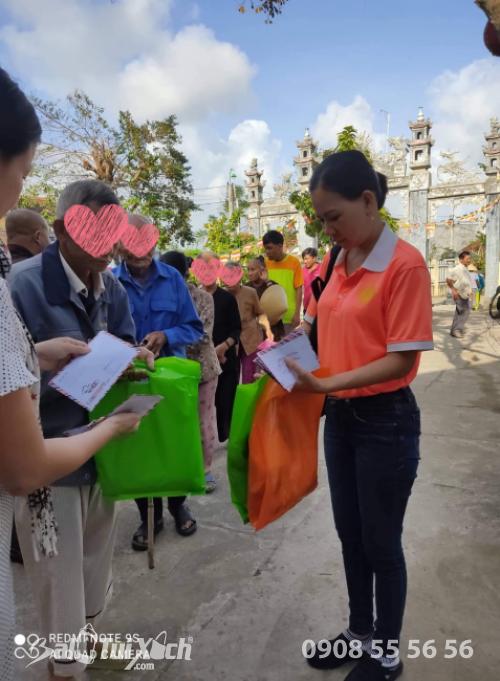 Sen vàng yêu thương hướng về miền Trung - Chương trình trao tặng quà cho 100 hộ bị thiên tai, bão lũ tại Chùa Thiên Phước, Quảng Ngãi  - Ảnh: 2