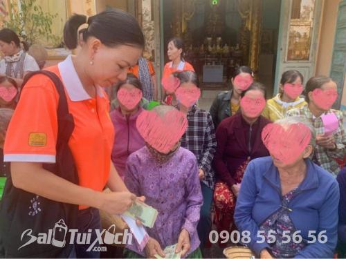Sen vàng yêu thương hướng về miền Trung - Chương trình trao tặng quà cho 100 hộ bị thiên tai, bão lũ tại Chùa Thiên Phước, Quảng Ngãi  - Ảnh: 1