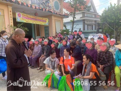 Sen vàng yêu thương hướng về miền Trung - Chương trình trao tặng quà cho 100 hộ bị thiên tai, bão lũ tại Chùa Thiên Phước, Quảng Ngãi  - Ảnh: 3