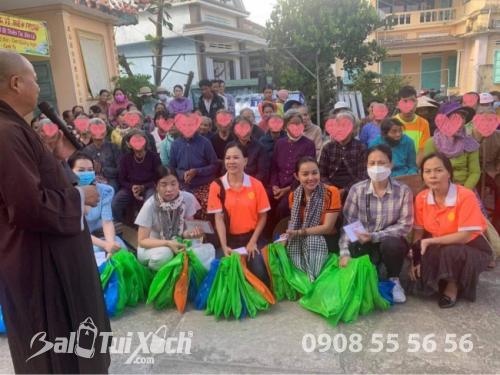 Sen vàng yêu thương hướng về miền Trung - Chương trình trao tặng quà cho 100 hộ bị thiên tai, bão lũ tại Chùa Thiên Phước, Quảng Ngãi  - Ảnh: 4