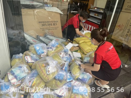 BaloTuiXach ủng hộ 70 phần quà cho bà con bán vé số trong mùa dịch, 620, Huyền Nguyễn, Balo túi xách, 23/06/2021 14:18:04